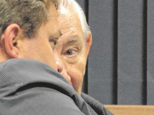 O vereador Paulo Guedes (PSDB) se aconselha com o provedor da Santa Casa de Misericórdia, professor José Cardoso, durante sessão