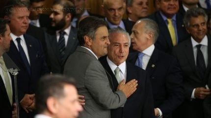 Temer ao lado de Aécio Neves durante cerimônia de posse dos novos ministros de seu governo (foto: Marcello Casal Jr/ Agência Brasil)