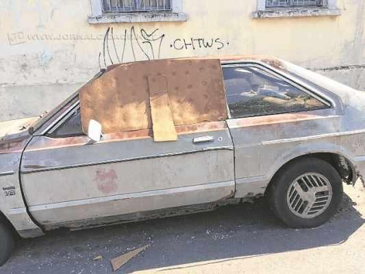 Leitora do Jornal Cidade denuncia carro que está abandonado há tempos na Avenida 18 com a Rua 3