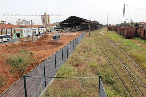 Obras ao lado da antiga Estação Ferroviária estão a todo vapor; alambrado já foi instalado