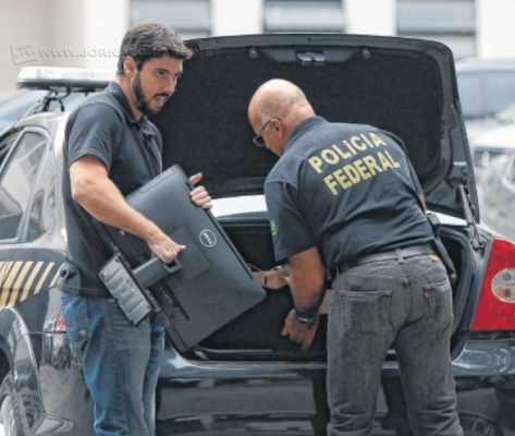 A ação policial tem como alvo principal a investigação de empresas e seus respectivos sócios na operacionalização de um esquema de repasses ilegais de empreiteiras para funcionários da Petrobras em decorrência da obtenção de contratos a empresa.