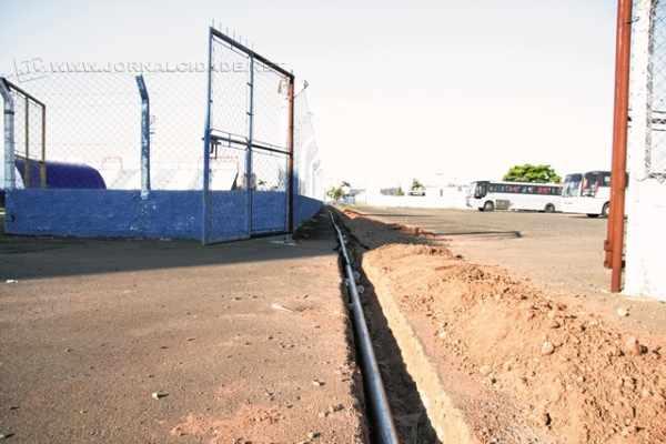 No Schmidtão, foram instalados três hidrantes nas arquibancadas da Rua 11. Ao lado, a tubulação que liga os hidrantes até a caixa d'água do estádio, localizada próxima da arquibancada da Rua 9