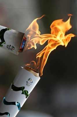 """""""O beijo"""", quando uma tocha encosta na outra para transmitir a chama olímpica no revezamento"""