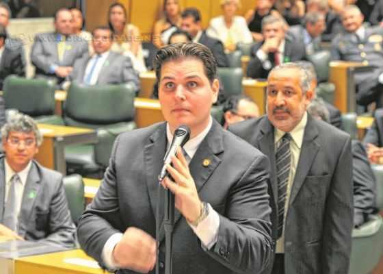 O líder do governo do Estado de São Paulo na Assembleia Estadual, deputado Cauê Macris (PSDB), durante discurso no plenário