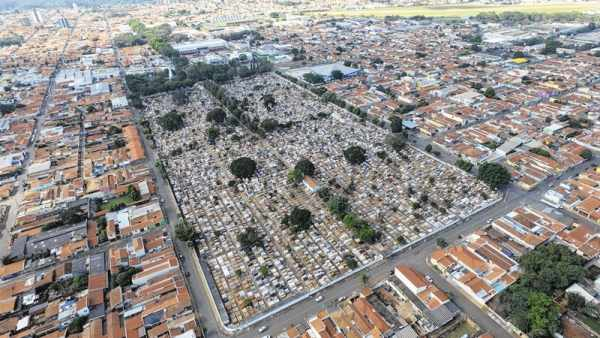 Vista aérea do Cemitério Municipal São João Batista, situado no bairro Consolação, que conta com 14 mil túmulos atualmente (Foto: Bruno Leite)