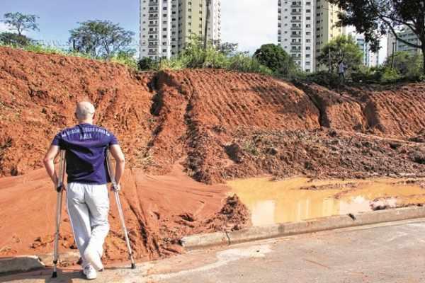 Moradores do condomínio residencial Vila do Horto estão sem acesso disponível para pedestres