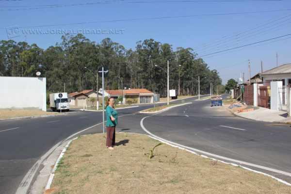 A moradora Aparecida mostra o local para o qual pede a instalação de poste de iluminação, assim como ocorre a poucos metros dali