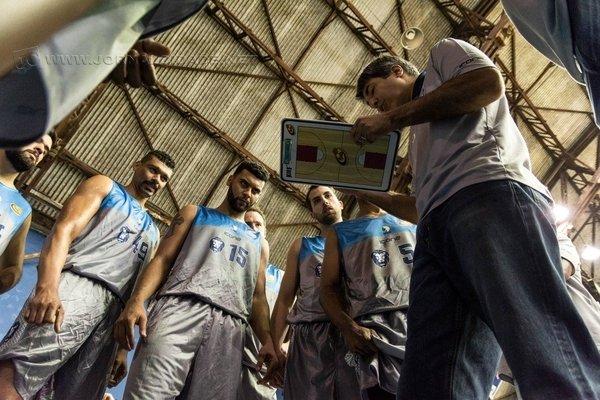 FOCO E ESTRATÉGIA: equipe de Dedé Barbosa venceu o Bauru Basket na última quinta-feira (28)