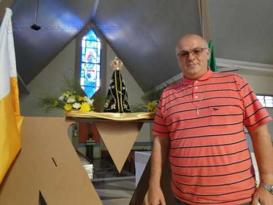Padre Inácio mostra a Imagem de Nossa Senhora Aparecida, que chegou a Santa Gertrudes no último domingo (17)