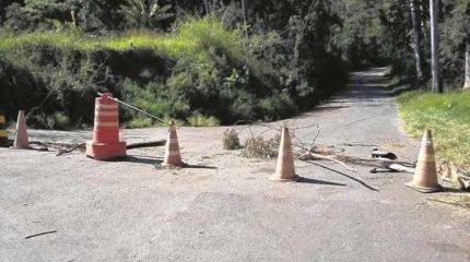 Em foto enviada por leitor, via de acesso para a sede da Floresta Estadual bloqueada antes da passagem pela ponte agora interditada