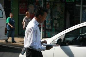 Para driblar o desemprego, Rogério Lopes se tornou o 'garçom do trânsito' e serve clientes nas ruas