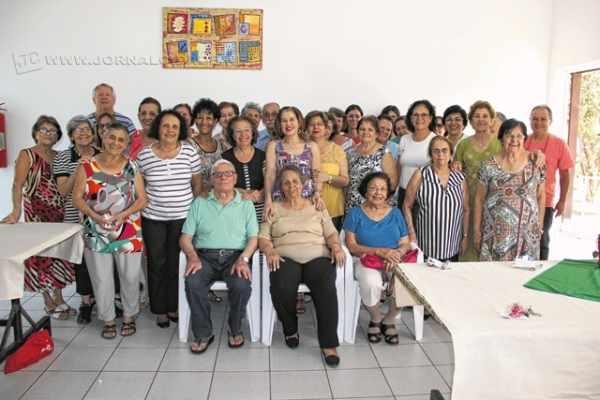Voluntários reunidos durante café da tarde em homenagem ao trabalho que realizam no Abrigo; ao lado, Maria Aparecida Secco cuida das unhas de uma das moradoras durante a segunda-feira