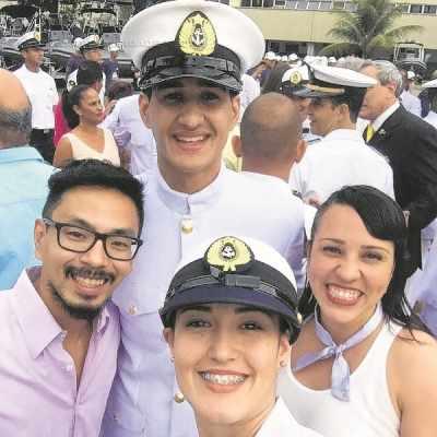 Edval [no centro] com o capitão Shereder e as colegas de equipe Talisca Reis e Carmen Pigozzi