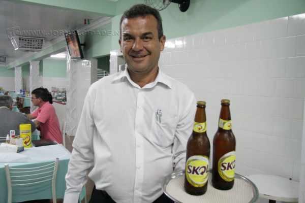 Vanderlei Ap. Bindilatti é garçom há 32 anos