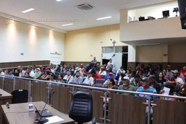 Integrantes do FNL estiveram na sessão da Câmara de segunda-feira e apresentaram uma moção