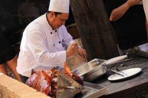 """""""Churrascódromo"""" oferece durante o almoço ostela de chão, porco no rolete, carneiro no buraco, tudo sendo assado na hora"""