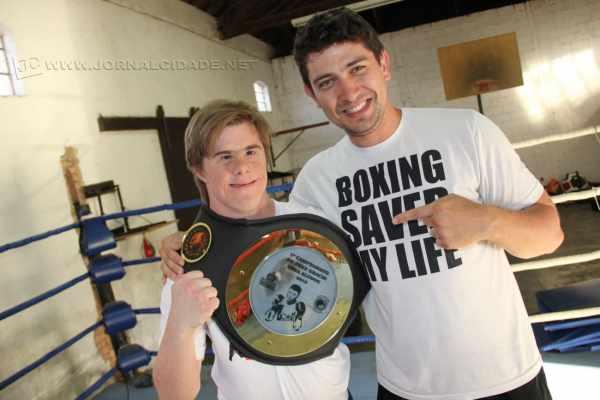 Aluno com Síndrome de Down destaca-se no boxe com direito à conquista de cinturão em torneio