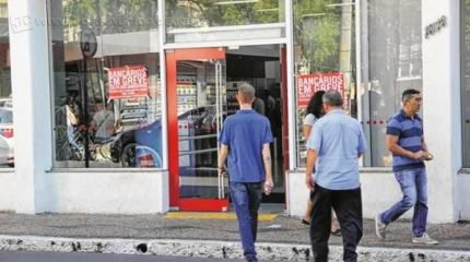 No Brasil, 12.008 unidades aderiram à mobilização. Sindicato e Fenaban ainda não chegaram a um acordo para terminar a greve