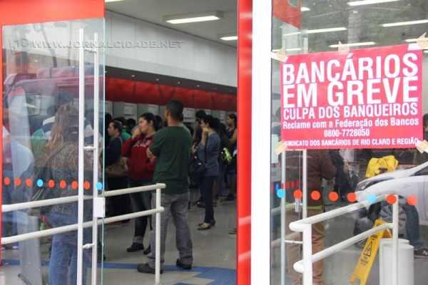 Cartaz informa clientes sobre greve em entrada de agência bancária no Centro de Rio Claro