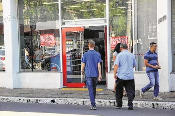 O movimento de clientes nessa quinta-feira continuou intenso nas agências bancárias do Centro
