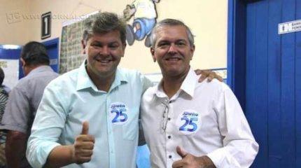 O prefeito eleito Juninho da Padaria, do Democratas, ao lado do vice-prefeito eleito coronel Marco Antonio Bellagamba, do PTB