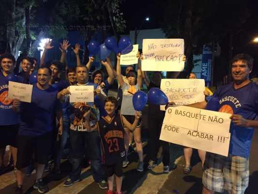 Na noite dessa quinta-feira (28), torcedores estiveram em frente ao Ginásio para pedir a continuidade do time
