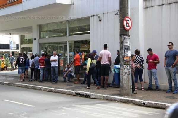 Clientes enfrentam filas nesta sexta-feira (7) nas agências bancárias