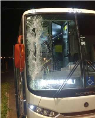 Vidro dianteiro do ônibus que levava equipe rio-clarense ficou parcilamente destruído