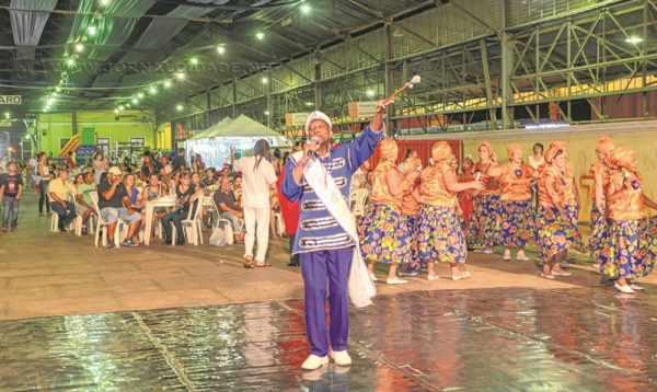 Diversos grupos de dança realizam apresentações de acordo com as regiões dos países durante os três dias de festa na Estação