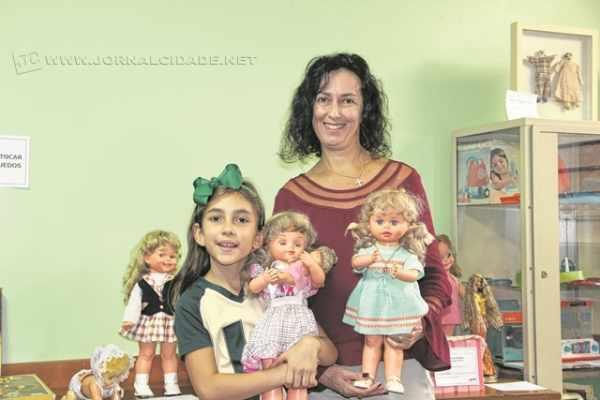 Pais e familiares dos alunos participaram da montagem do evento, emprestando seus brinquedos antigos e guardados com muito amor