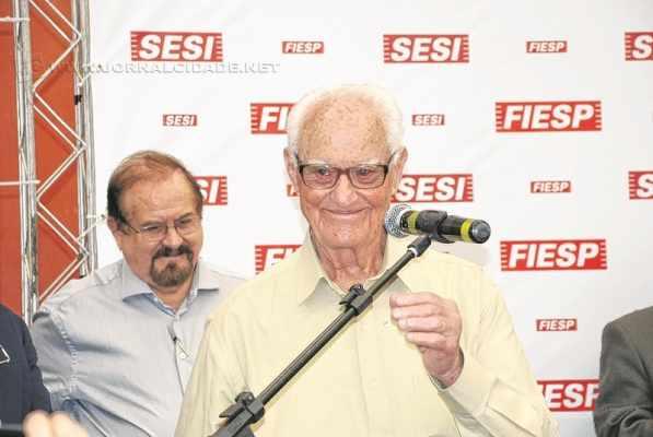 HOMENAGEM: Kleiner à frente do deputado Aldo Demarchi quando da cerimônia que nomeou o atleta como patrono da quadra do Sesi