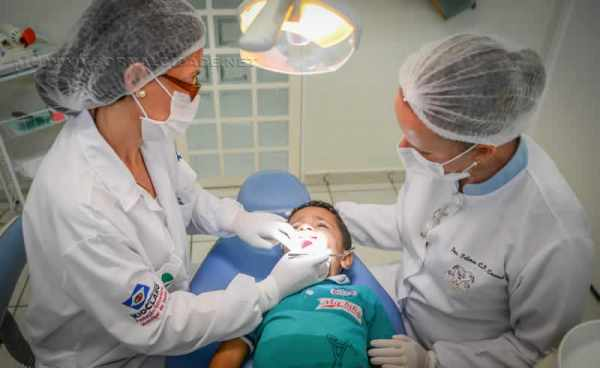 São atendidas crianças de 0 a 3 anos e 11 meses em serviços de restauração, cáries e prevenções