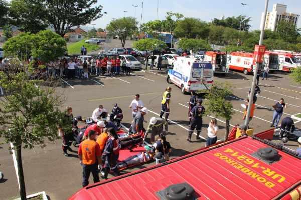 Vítimas eram socorridas pelos profissionais de Saúde e Segurança do município de Rio Claro e região. Treinamento ocorreu no estacionamento do Shopping Rio Claro