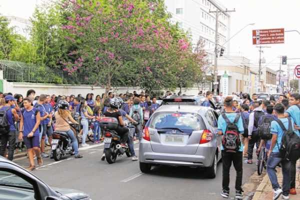 Estudantes durante a saída do turno escolar na Escola Estadual Coronel Joaquim Salles, no Centro