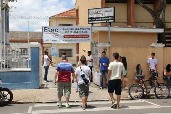 Nesse sábado (5) estudantes chegavam à Etec Bayeux, no Centro, para o primeiro dia de provas