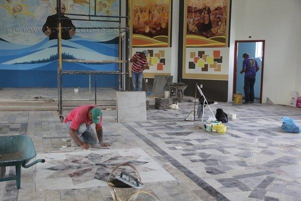 As obras estão sendo realizadas por voluntários e membros da comunidade; após a bênção dada pelo bispo, as obras prosseguem