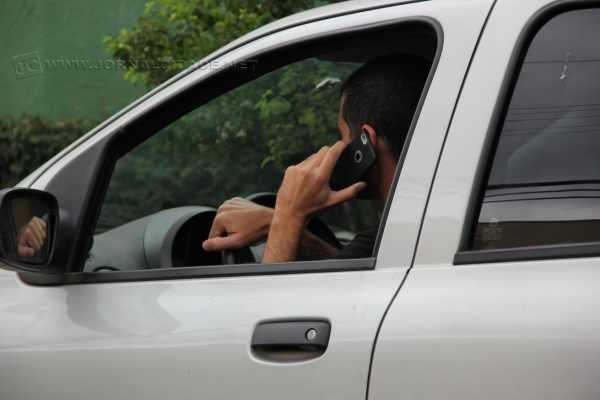 Motoristas que forem flagrados usando celular no trânsito serão multados com infração gravíssima