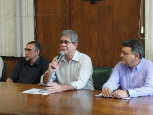 Prefeito Du Altimari (PMDB) ladeado pelo presidente da Fundação de Saúde, Geraldo Barbosa (à dir.), e diretor Pe. Luiz Botteon (à esq.)