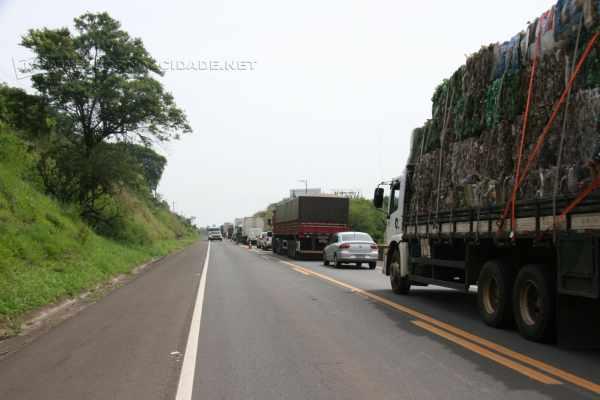 Congestionamento de veículos formou-se durante a manhã de quinta-feira (24) na Rodovia SP-191