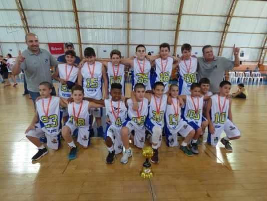 ÉÉÉ CAMPEÃO!: os garotos do Clube de Campo/Seme venceram a equipe da Capital Paulista e foram consagrados como campeões