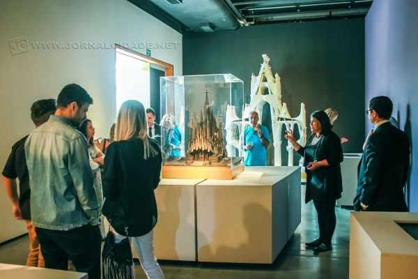 No domo, maquete da Catedral da Sagrada Família, Priscyla Gomes explanando sobre  o processo de criação da Catedral. (Foto: Angela Amaral)
