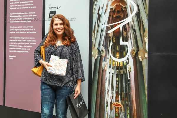 Entrada da exposição, Sandra Baldessin com catálogo da Mostra. (Foto: Angela Amaral)
