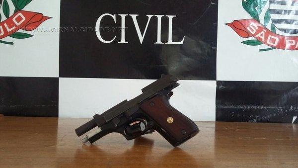 Na casa do homicida foi encontrada a arma utilizada no crime: uma pistola Taurus calibre 38. Arma foi apreendida pela polícia