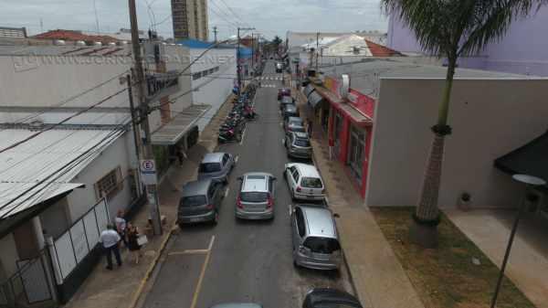 Lojas do Centro começam a atender até as 22h a partir desta segunda-feira, dia 5 de dezembro (Foto: Bruno Leite)