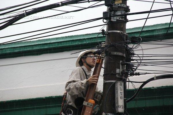 """Funcionários da empresa de distribuição da energia elétrica """"desarmou"""" a rede elétrica para evitar acidentes na região central"""