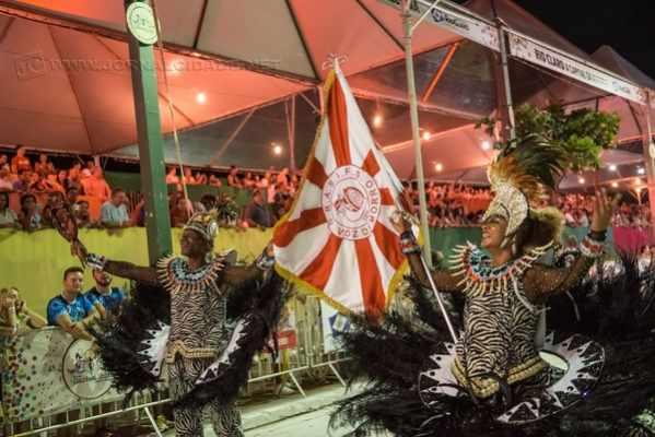 Algumas escolas estão se organizando para realizar um desfile de carnaval no próximo ano: mais singelo e voltado à população