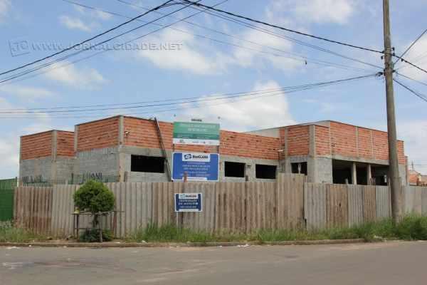 Unidade básica de saúde (UBS) no bairro Vila Verde está sem qualquer movimentação há meses. Mato alto toma conta do lugar