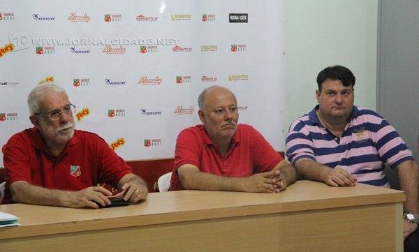 PRESENÇA: diretoria do Velo recebeu o futuro secretário de Esportes, Ronald Penteado (detalhe).