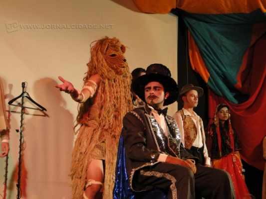 Carlos Rosa, 21 anos, é da Cia. Tempero D'Alma de Artes Cênicas. Desde o ano de 2013, investiu na carreira e já soma dez peças encenadas, superando os próprios limites (Foto: arquivo pessoal)