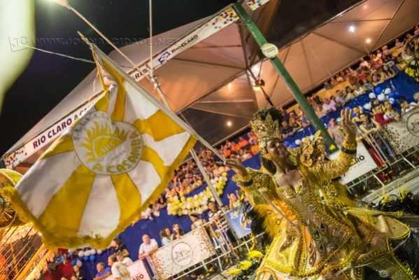 Os desfiles da escola de samba A Casamba são conhecidos pelo grandeza, brilho e luxo, que encantam o grande público no Carnaval